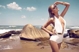 Надя Серлиду примерила купальники для MOEVA London